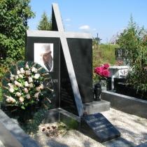 На фото памятник с крестом и цветным портретом. Изготовление памятников в Киеве по индивидуальному заказу.