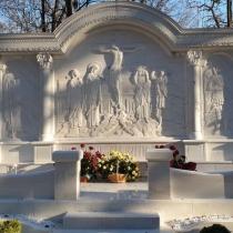 Индивидуальный памятник. Фото мраморного памятника на кладбище.