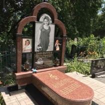 Памятник из красного гранита на одного человека. Фото памятника на кладбище.