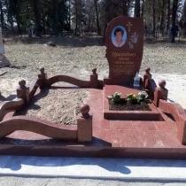 Индивидуальный памятник для женщины. Фото памятника из красного гранита.