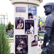 Высота памятника с портретом - 320 см. Портреты в стекле на памятнике.
