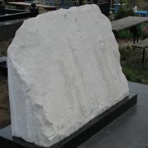 Фото индивидуального памятника из белого мрамора. Размер мраморного памятника: 120 х 80 х 36 см. Фото мраморного памятника, вид сзади.