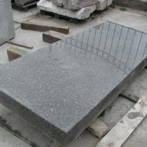 Тумба для колонны из рваного камня фото. Длина надгробной плиты для памятника 2410 мм., ширина надгробной плиты для памятника 920 мм., высота надгробной плиты для памятника 150 мм.