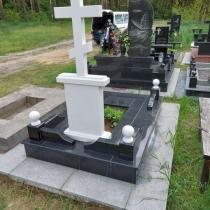 Обратная сторона индивидуального памятника. На фото индивидуальный памятник в форме креста.
