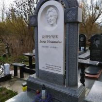 Индивидуальный памятник из мрамора. Высота мраморного памятника - 2 м.