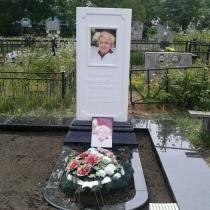 Фото памятника из белого мрамора. Памятник из мрамора женщине с цветным портретом. Высота  мраморного памятника - 180 см.