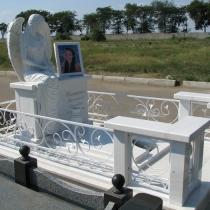 Индивидуальный памятник со скульптурой ангела. Заказать скульптуру ангела - можно с сайта: https://www.grand-ritual.kiev.ua