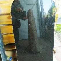 На фото памятник из рваного камня. Размеры памятника из рваного камня - 120 х 60 х 12 см.