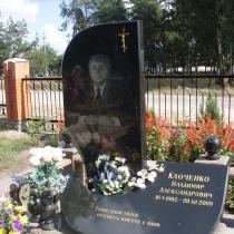 Фото индивидуального памятника в ритуальном комплексе из чёрного габбро. Производство памятников в Киеве по индивидуальному проекту. Доступная цена памятника из гранита, согласно проекта.