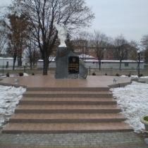Ритуальный монумент со скульптурой ангела, погибшим Героям Небесной Сотни; установлен в г. Сарнах, Ровенской области.