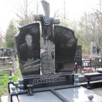 Фото  мемориального комплекса с крестом на кладбище. Заказ элитного памятника с крестом, можно в магазине Ритуальной скульптуры в Киеве по адресу: ул. Стеценко, 18.