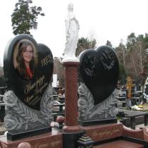 Фото установленной Богородицы на кладбище. Высота статуи Богородицы, 78 см. Производство скульптуры под заказ в Киеве.