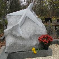 Ритуальный памятник самолёт. Размер ритуального памятника из гранита - по проекту. Стоимость памятника - доступная.