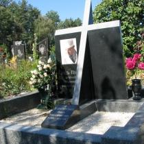 Эксклюзивный памятник с крестом и цветным портретом. Фото памятника на кладбище. Продажа памятников со склада в Киеве.