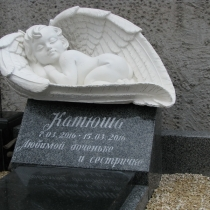 На фото младенец в крыльях. Размер памятника ребёнку 80 х 45 х45 см. Производство детских памятников в Киеве стоимость памятника ребёнку $1 тыс.