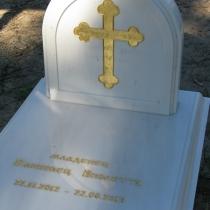Памятник ребёнку из белого мрамора на кладбище. Фото памятника из мрамора младенцу. Оформление детского памятника сусальным золотом. Доступная цена детского памятника $1.5 тыс. Заказать памятник ребёнку из мрамора, можно в Киеве сегодня.