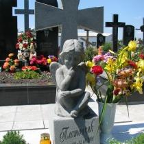 Фото памятника с крестом после изготовления в Киеве. Детский памятник со скульптурой. Заказать детский памятник, после изготовления 3д модели, можно в нашем офисе.