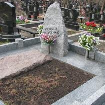 Фото памятника после изготовления. Детский памятник из гранита; фото на кладбище. Доступная цена памятника 8 тыс. грн. Заказать детский памятник, можно в офисе сегодня.