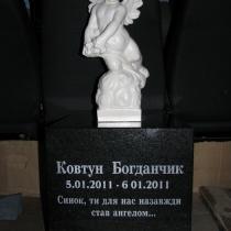 Фото ангела из мрамора. Ангел из белого мрамора перед установкой на могилу. Высота ангела 50 см. Доступная цена ангела из мрамора $ 3,3 тыс.