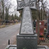 Детский памятник на могиле. Фото памятника после изготовления. Памятник ребёнку в форме креста из гранита, фото на кладбище. Заказать детский памятник в Киеве, можно в нашем офисе.