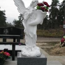 Фигура ангела из белого бетона, высота ангела 140 см., размах крыльев ангела 105 см., размер основы скульптуры 46х46 см., вес статуи из бетона 175 кг. Фото ангела на кладбище в Киеве. Есть сегодня в наличии на складе.