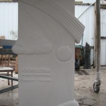 Изготовление памятника младенцу из белого мрамора, фото на собственном производстве Александра Прядко в Киеве.