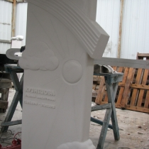 На фото изготовление памятника из мрамора ребёнку на производстве в Киеве. Доступные цены на памятники детям.