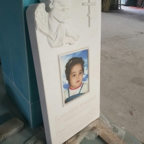 Детский памятник из белого мрамора. Размеры детского памятника: 110 х 60 х 12 см. Стоимость памятника - доступная.