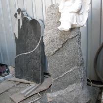 На фото детский памятник из гранита. Изготовление памятника из гранита на производстве в Киеве. Доступная стоимость памятника со скульптурой.