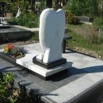 Детский памятник после установки на кладбище. Фото памятника младенцу с цветным портретом.