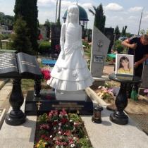 Детский памятник из мрамора на кладбище. Высота памятника ребёнку - 120 см.