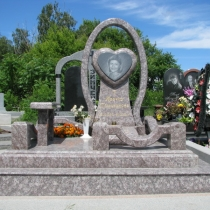 Оформление могилы цоколем из гранита. Цена облицовки цоколя гранитом - 49 тыс. грн.