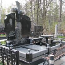 На фото памятник с черным крестом на могилу. Изготовление ритуального комплекса с крестом. Цена памятника с крестом, согласно 3д проекта ритуального комплекса.