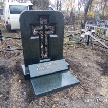 Памятник с крестом. Высота памятника с крестом - 140 см. Цена креста из гранита - доступная.