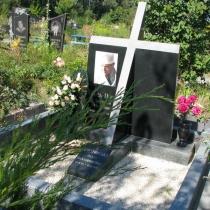 Ритуальный крест из гранита, фото на кладбище. Заказ крестов со склада в Киеве по доступной цене.