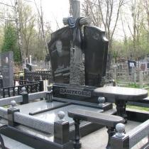 На фото памятник с резным крестом на кладбище. Заказать ритуальный комплекс с крестом, можно в магазине Ритуальной скульптуры в Киеве по адресу: ул. Стеценко, 18.