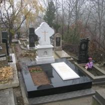 На фото установка ритуального комплекса с резным крестом из мрамора, завершена в полном объёме. Изготовление крестов ручной работы в Киеве: от простых, до эксклюзивных.