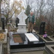 Мраморные детали памятника, фото после монтажа на кладбище. Авторский памятник с крестом из мрамора установлен.