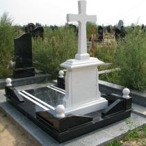Памятник с крестом. Фото обратной стороны памятника. Высота мраморного памятника - 195 см. Цена памятника под заказ в Киеве - $4 тыс.