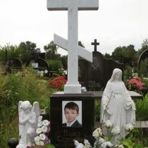 Памятник ребёнку с мраморным крестом и скульптурой, установка на Лесном кладбище в Киеве. Изготовление крестов из мрамора в Киеве.