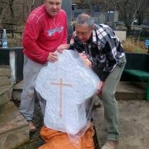Установка мраморного креста на кладбище в Ялте. Производство резных крестов из мрамора в Киеве.