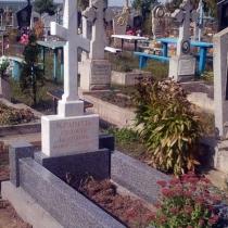 На фото православный крест из белого мрамора на кладбище. Изготовление и установка мраморных крестов по приемлемой цене. Продажа крестов из мрамора в магазине Ритуальной скульптуры в Киеве.