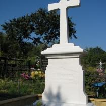 Мраморный крест на кладбище, фото после установки на могилу. Крест из белого мрамора изготовлен по индивидуальному заказу. Купить мраморный крест со скидкой недорого, можно со склада СПД Прядко в Киеве.