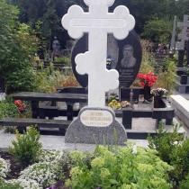 Крест из мрамора. Высота мраморного креста - 1,5 м.