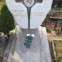 Крест из мрамора. Высота мраморного креста - по утверждённому проекту.