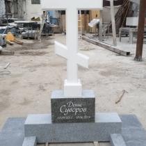 Памятник в форме креста. Высота креста из мрамора - 1 м.