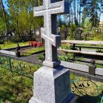 Высота памятника в форме креста - 1,6 м. Фото креста из камня.