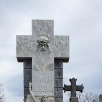 Крест из камня с барельефом Иисуса Христа.