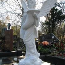 Статуя Небесного Ангела на кладбище. Размеры статуи: высота 140 см., размах крыльев 105 см., размер основы 46 х 46 см., вес 175 кг., цена ангела 39 тыс. грн. Фото статуи на складе в Киеве.