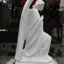 Скульптура небесного ангела. Фото молящегося ангела на складе в Киеве, после покраски. Цена скульптуры 39 тыс. грн.